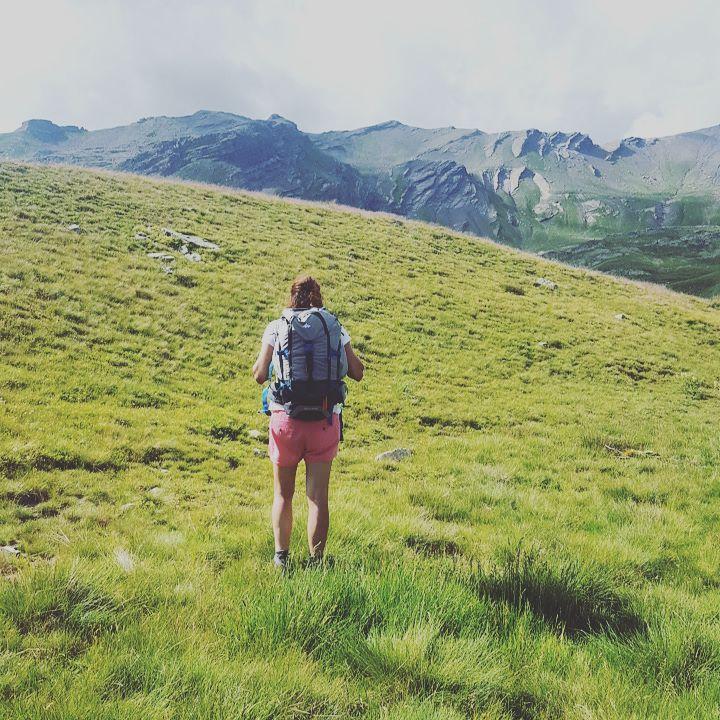 Virginie B face aux montagnes