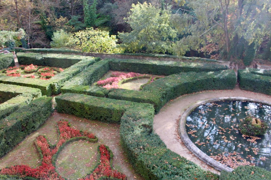 Dans les jardins du Château de laBarben